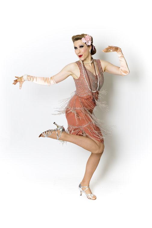 """Charlestontänzerin und Flapper Girl par excellence Dixie Dynamite. Mit ihrem Ensemble """"Charleston Company"""" bietet sie abendfüllendes Zwanziger Jahre Entertainment mit Stepptanz, Charleston, Gesang, Comedy, Zauberei, Burlesque, Walk Acts. Foto: Martin Dürr"""