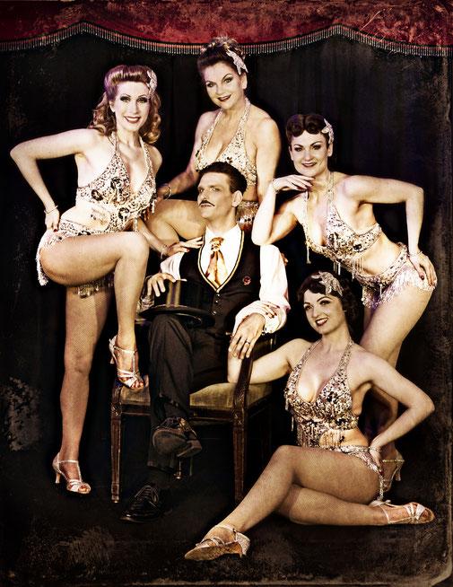 Dixie Dynamite ist seit 2009 festes Ensemblemitglied vom Rote Bühne Burlesque Ensemble in Nürnberg. Hier links neben ihren Kolleg/innen Fleur D'Amour, Leopold Lobkowicz von Hassenstein, Gil Tonic und Sweet Chili.