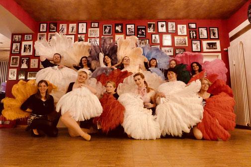 Gruppenbild eines Federfächer-Choreografie-Workshops im Vintage Dance Studio. Nur wenige haben einen großen Leih-Fundus an Straußenfächern wie wir.