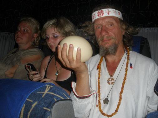 Это страусиное яйцо мальфар из Полтавы - Алексей Григораш получил за то , что отгадал о чем речь будет идти на страусиной ферме под Киевом