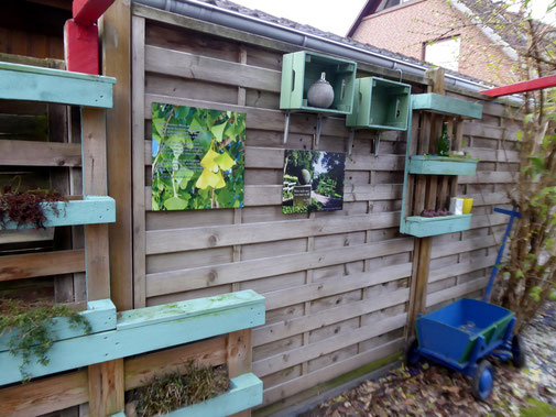Bilder, Sprüche und Ambiente finden Platz neben Pflanzen aus alten Zeiten. Die Paletten können vielfältig eingesetzt werden und sind auch im Winter farbige Highlights!