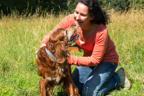 bei einer cranio sacralen Behandlung fasst der Hund Vertrauen zum Therapeuten