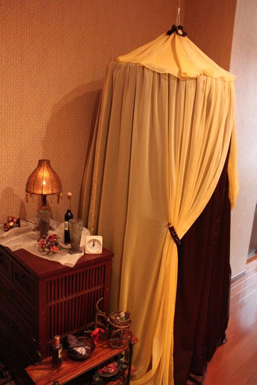 テント内でハーブを蒸しその蒸気を身体に浴びます。その為のデトックステントです。