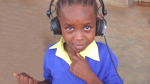 MBSR Gero Sprafke Achtsame Kommunikation, Insight (inside) Dialogue Einsichts-Dialog, Kenianisches Mädchen mit Kopfhörer
