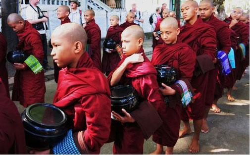 Novizen und voll ordinierte Mönche in Mandalay