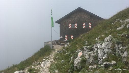 direkt vor der Gmundnerhütte gehts rechts runter zum Hernlersteig