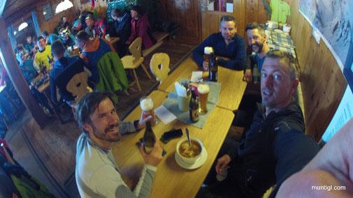 Eine gemütliche Hütte am Gipfel ist auch nicht ganz schlecht - Bier mit unseren Kärntner Buam