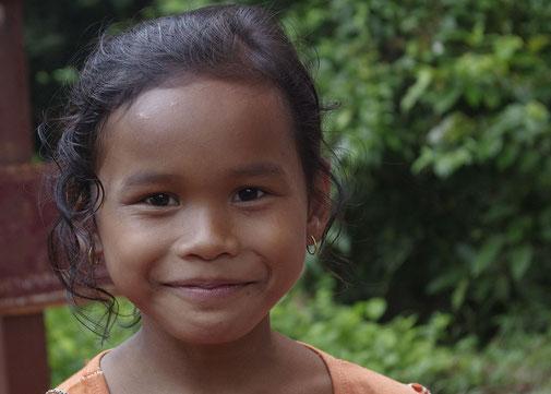 Wir trafen dieses kleine Mädchen als wir zu unserem Tuk-Tuk zurückgingen