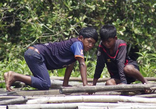 Spielende Kinder am Flußufer