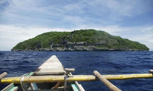 Von denen aber nur Gaspar bewohnt ist . Die Inseln sind wegen der felsigen Steilküste nur sehr schwer zugänglich