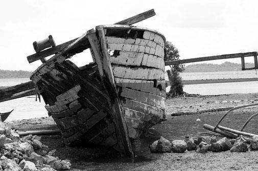 Das alte Schiffswrack von Burdeos auf Polillo Island