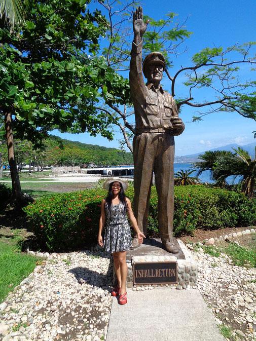 """Und natürlich darf auf Corregidor keine Statue von General Mc Arthur fehlen. Als er vor den Japanern floh sagte er """" I shall return """" was auf den Philippinen ein geflügeltes Wort wurde und wirklich jeder Filipino kennt ."""