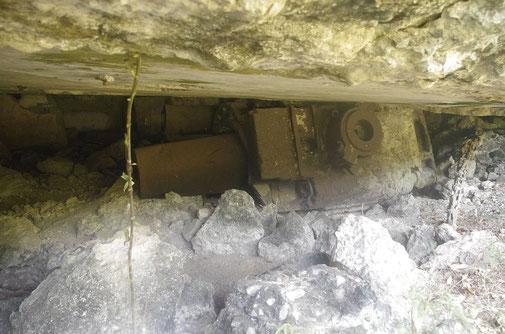 Battery Geary . Bei einem Treffer des Munitionsdepots war die Explosion so stark, das ein Mörser (13t) mehrere Meter in einen Bunker gedrückt wurde .