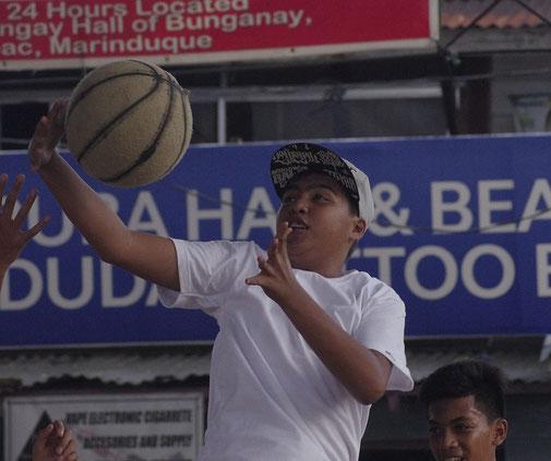 Die Dorfjugend beim Baskettball spielen in Boac