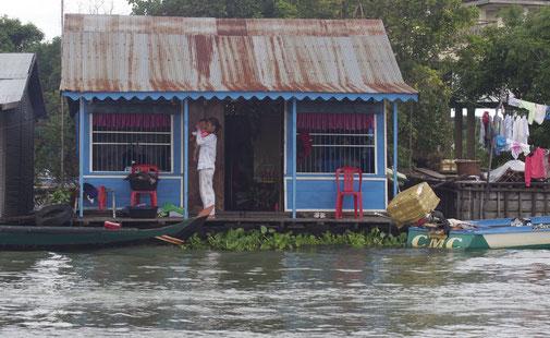 Wir kamen an schwimmenden Dörfern vorbei wo ganze Dorfgemeinschaften auf Hausbboten leben