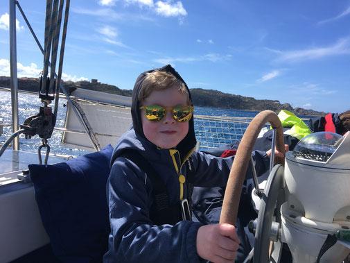 Unser Kapitän Jakob bei der Fahrt aus dem Hafen von Santa Theresa di Gallura