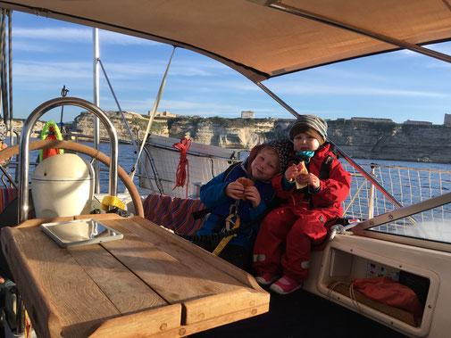 Frühstück auf dem Boot bei der Fahrt von Bonifacio nach Porto Rafael