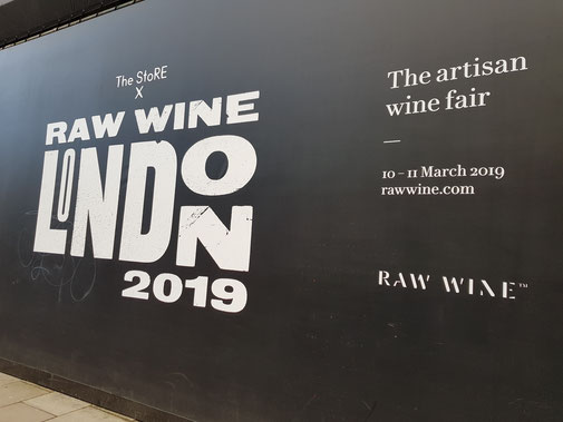 Links: Ich an der Temple Tube Station. Rechts: Die Werbefront zur Raw Wine Messe 2019 in London.