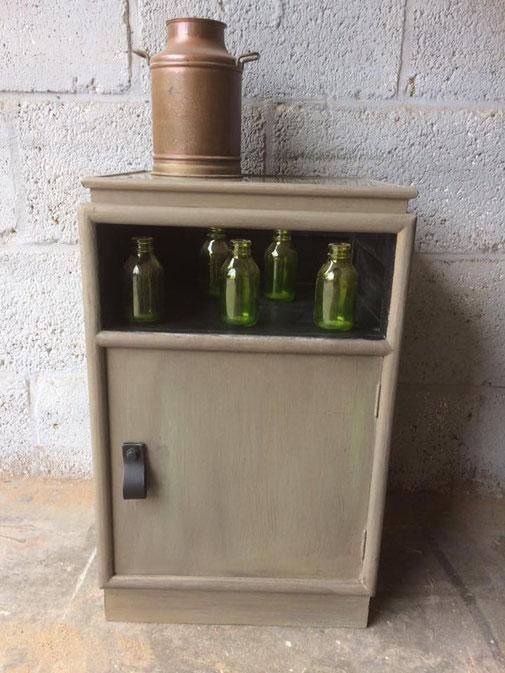 kaki groen kastje met glasplaat bovenop. een mini vitrine! maten hxbxd:64 x 39x 34 cm .