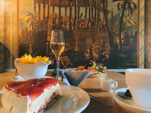 Kaffee und Kuchen sowie unsere Tagesempfehlung im Café mit Blick auf die Panoramatapete