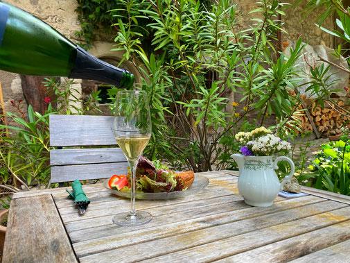 Käsewaie und ein Glas Sekt in unserem gemütlichen Innenhof
