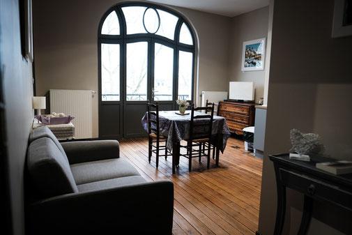 The nest - appartements meublés avec services hoteliers, vue sur le boulevard avec balcon au 2ème étage, beaucoup de charme, plancher d'origine, cuisine équipée pour location à la semaine ou au mois en centre-ville d'Amiens, proche de gare, cathédrale
