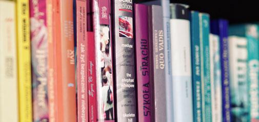 たくさんの本が並んだ本棚