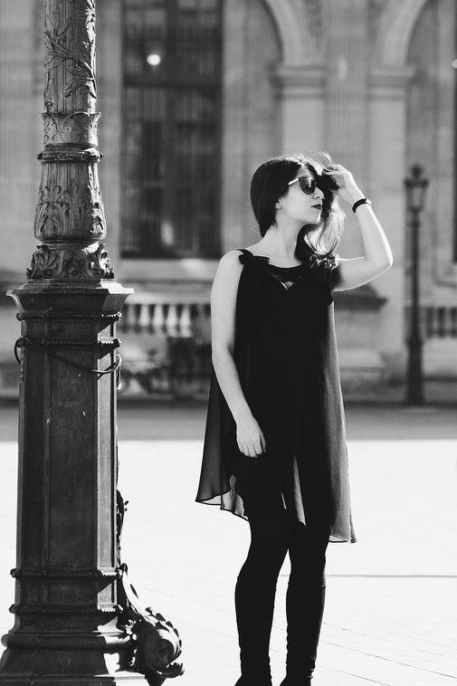 Travleblog, Paris Louvre Black Dress, Carmen Schubert