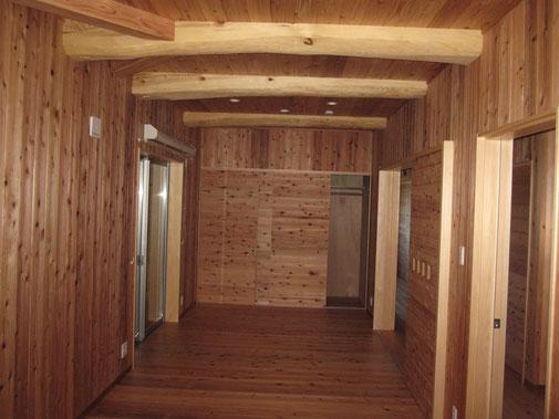 壁・天井:杉無垢はめ板張り 柱:桧 小屋組:松の丸太