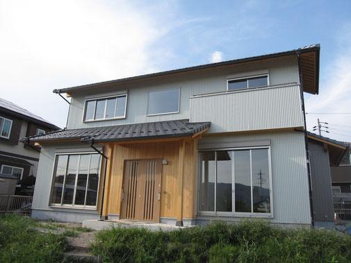 外壁にガルバを使用した木造住宅