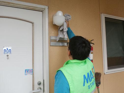 照明器具の清掃・クモの巣除去