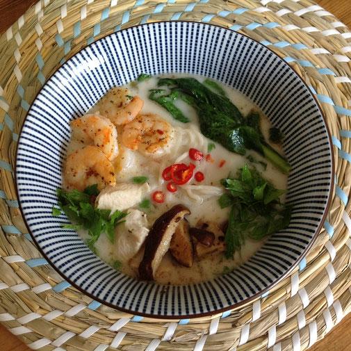 Tom Kha, Thaise kokossoep met kip, shiitake, gamba's en choy sum.