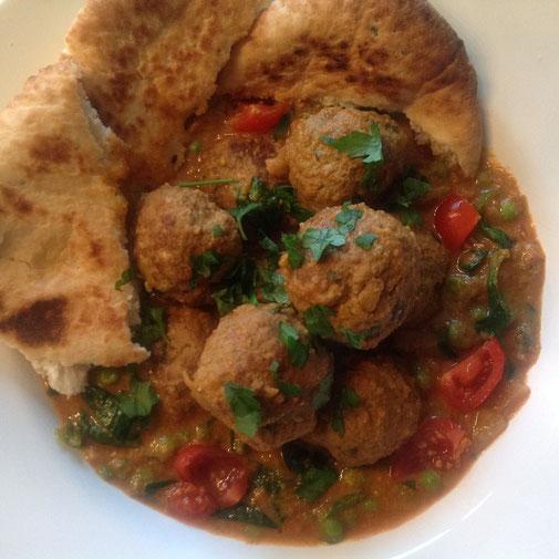 Lam Kofta Curry met spinazie, tomaat, doperwten en naan.