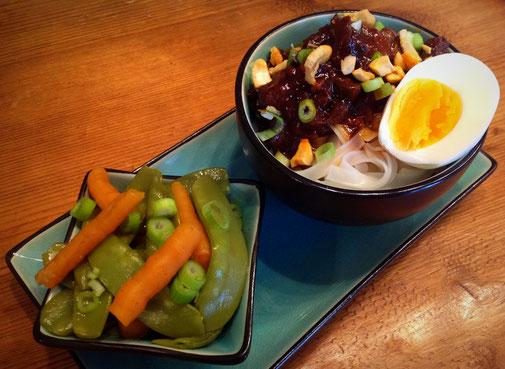 Thaise kip cashew met rijst noedels, ei,  peultjes en worteltjes.