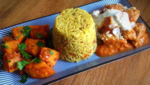 Indiase gele rijst met kip curry en pompoen curry.
