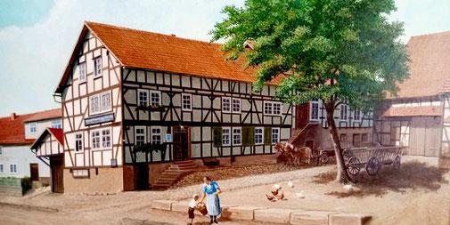 """Das Bild zeigt das alte Gehöft, damals noch mit dem Namen """"Zur Linde"""", vor 1960, mit der Dorflinde und alter Gaststube."""