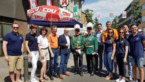 Bei strahlendem Sonnenschein haben tausende Besucher den Weg in unsere Schlossstadt gefunden. Das Pfingst-Stadtfest und das Schützenfest waren ein voller Erfolg. Mit einem Infostand waren auch CDU und JU vertreten.