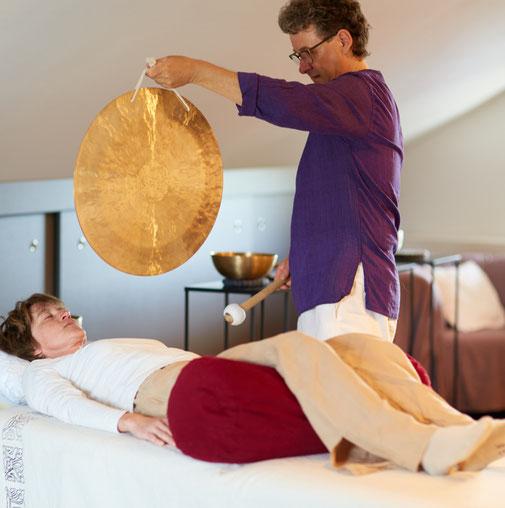 Dieter Monsieur hält einen Gong bei der Klangmassage