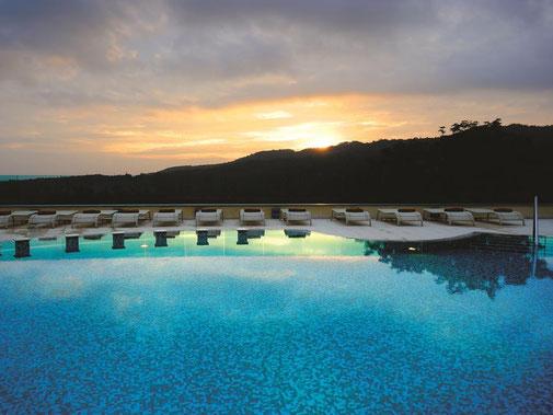 Therme Hotel Siena Petriolo Pool Sonnenuntergang Liegen Panorama