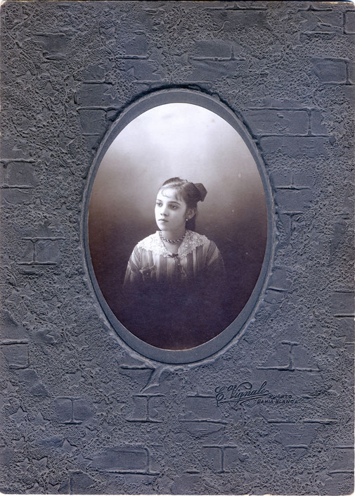 Es una foto de la hermana de Pedro, Luisa Vignale, que nació el 14 de marzo de 1900, se caso Romualdo Ardissone, que nació en Diano Borganzo, Italia en 1891, fue un reconocido geógrafo, profesor e investigador.