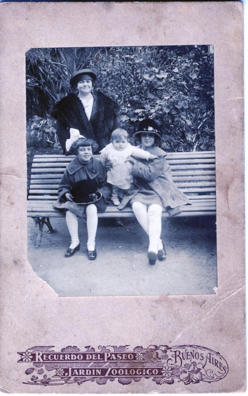 La beba de la foto es mi mama Ofelia, la sostiene su hermana Nélida, al lado su hermana Haydée con un moño en la cabeza y un sombrero en la falda igual al que lleva puesto Nelly. Atrás del banco Paula, su madre, que en ese entonces tiene 42 años.