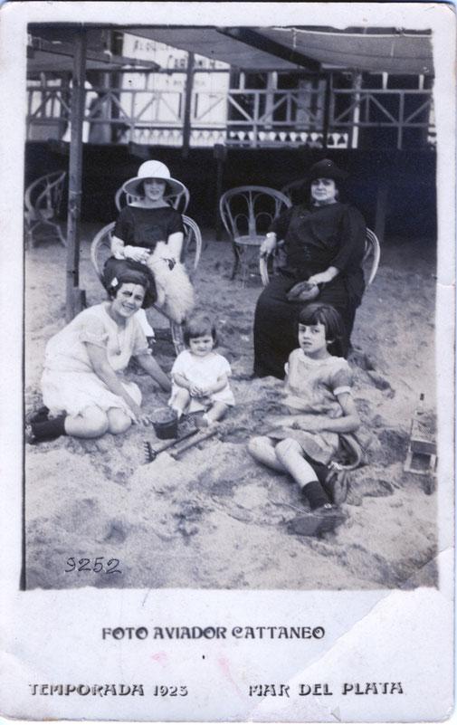 En la Playa Paula con sus hijas mujeres, sentadas en la arena: Ofelia, Nelly y Haydeé. Atrás en una silla al lado de su madre esta la hija mayor Esther que tiene 19 años, con sombrero y guantes blancos