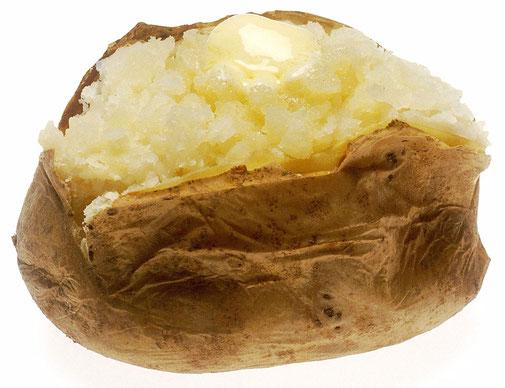 Heiße Ofenkartoffel mit zerlaufener Butter / Kräuterbutter ist ein Genuss