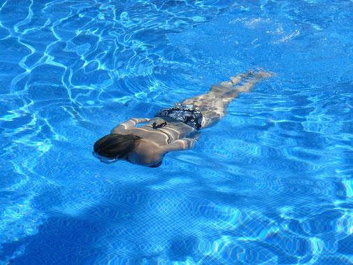 Menstruationstasse beim Schwimmen