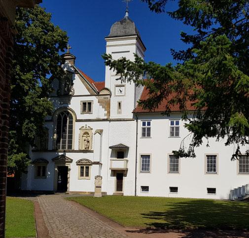 Blick auf das Kloster Vinnenberg bei Sonnenschein.
