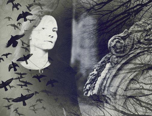 Hier sieht man ein Bild von Katja mit Raben im Flug, Ästen und einem Grabstein. Katja schreibt.