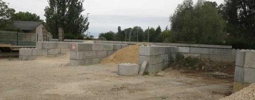 Montage des murs en blocs de béton fabriqués par atelier Pajot Entreprise - Lot et Garonne