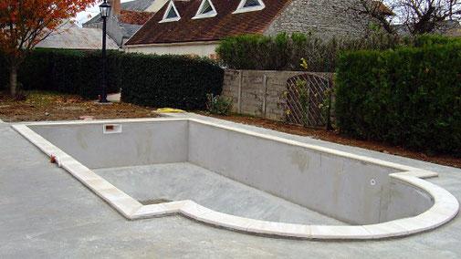 Construction d'une piscine 100% béton avec terrasse par Tradi Piscines