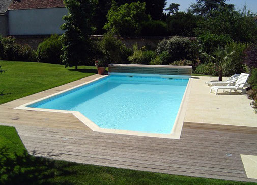 Mise en eau d'une piscine réalisée par Tradi Piscines proche d'Orléans (45)