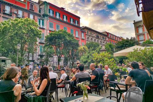 Neapel, Napoli, Italien, Die Traumreiser, Piazza Bellini, Studenten